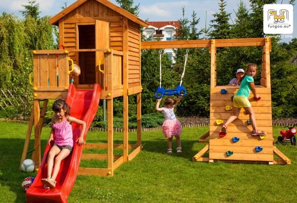 Spielturm mit Rutsche blau, Haus mit Holzdach, Leiter, Kletterturm und Schaukel